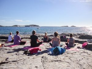 sardinie vakantie, yoga aan het strand