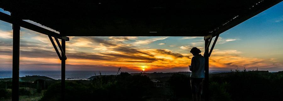 glamping, uitzicht beach lodge bij zonsondergang